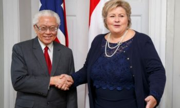 Norway's Prime Minister Erna Solberg (R) shakes hands with President of Singapore Tony Tan Keng Yam, in Oslo, on October 11, 2016. / AFP PHOTO / NTB Scanpix / Heiko JUNGE / Norway OUT