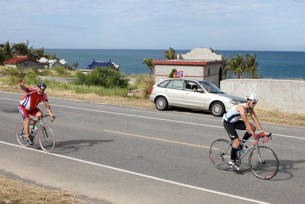 In 2012, Stig Lundsør, together with 7 other Giant dealers from Norway, attended Ironman triathlon in Kenting, southern Taiwan. Here he is biking along the Pacific Ocean waving when passing a car with the Norwegian flag.